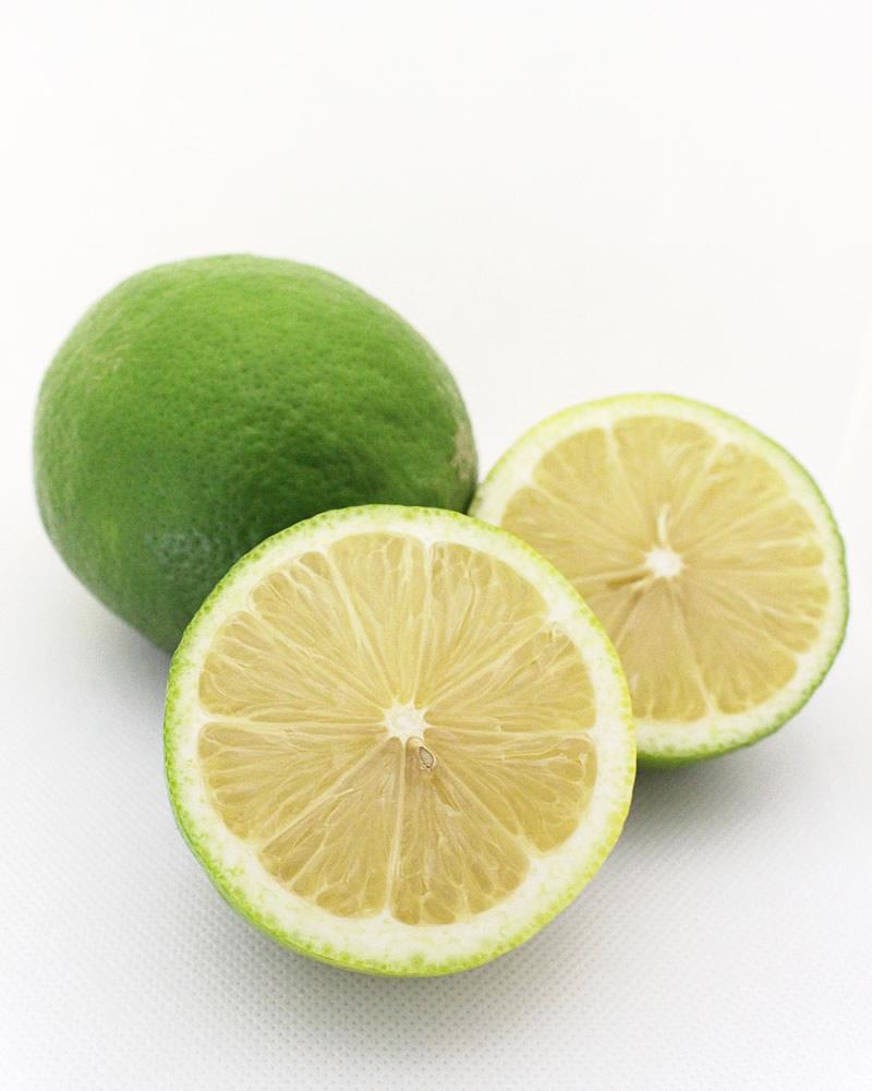 カットしたグリーンレモン