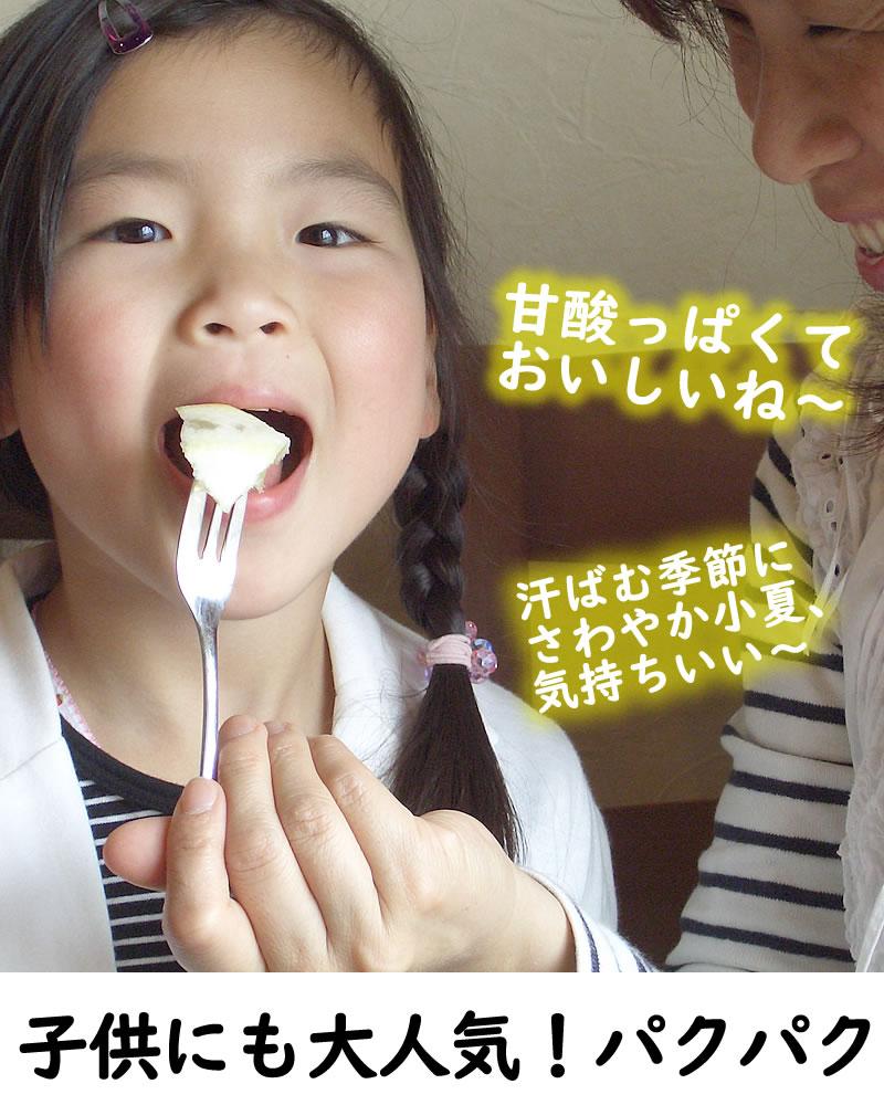 小夏を食べる可愛い女の子とお母さん