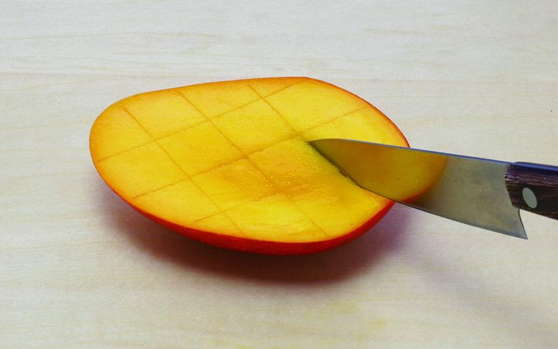 包丁で切れ目を入れたマンゴー